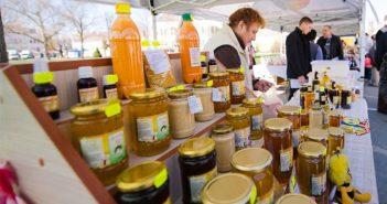 Aproximativ un sfert din mierea de pe piața internațională este falsificată. Unele companii își hrănesc albinele și folosesc, pentru a fabrica mierea, de fapt, zahăr din trestie de zahăr, tot felul de arome, de coloranți și fac astfel siropuri.
