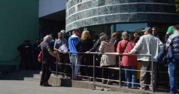 VIDEO – Sute de persoane au așteptat în faţa Primăriei Alba Iulia pentru a închiria un loc de parcare