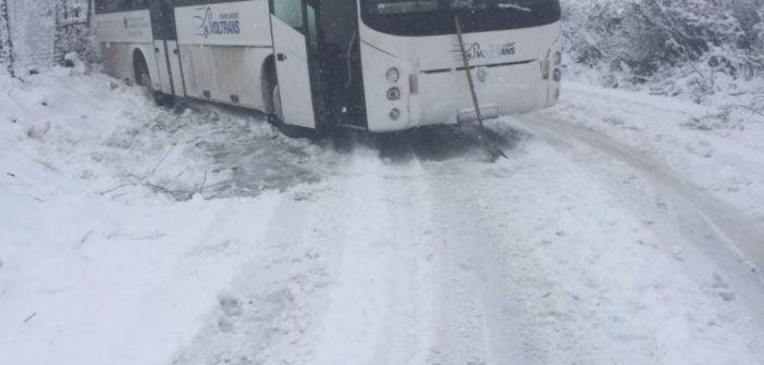 UPDATE: Blocaje pe drumurile naţionale și județene din cauza zăpezii abundente. Un autobuz cu pasageri a rămas blocat pe DJ 106 F, între Câlnic și Gîrbova
