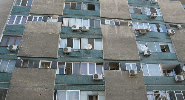 Proiect controversat promulgat de Klaus Iohannis. Cei care stau la bloc riscă închisoare dacă fac asta vecinilor