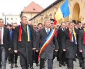 LOVITURĂ DE TEATRU LA ALBA IULIA : CUM II ARANJEAZA SERVICIILE LUI IOHANNIS UN CENTENAR LINISTIT