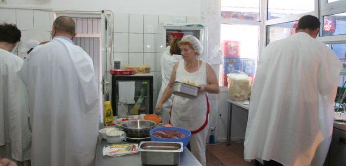 Inspectorii DSVSA Alba, controale în teren la unitățile în care se prepară și se servesc mâncăruri gătite. Ce urmăresc și ce sancțiuni au fost aplicate ?