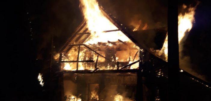 Cabană MISTUITĂ de flăcări în Luncile Prigoanei. 10 turiști au fost evacuați.